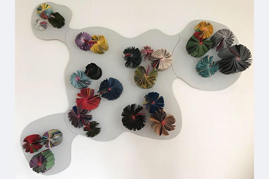 "Amanda Knapp, ""Stadtgespräch"", Wandobjekt, 2020-21, Bücher, Schellack-Tusche, Acryl, Holz, ca. 205 x 150 cm,"