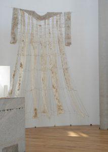 """""""Das Kleid"""", 2014, Schnur, getrocknete Gerstenkeimlinge, ca. 400x 250 cm H x B, Installation zu Ostern in der Galluskapelle Winterberg/Leutkirch"""