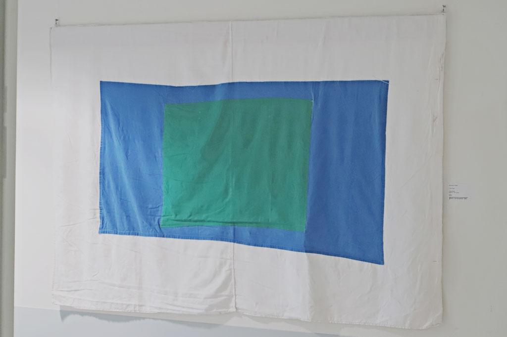 """""""The Flag"""", Reinhard Köhler, Bettuch, grünes und blaues OP-Tuch aus dem Krankenhaus"""