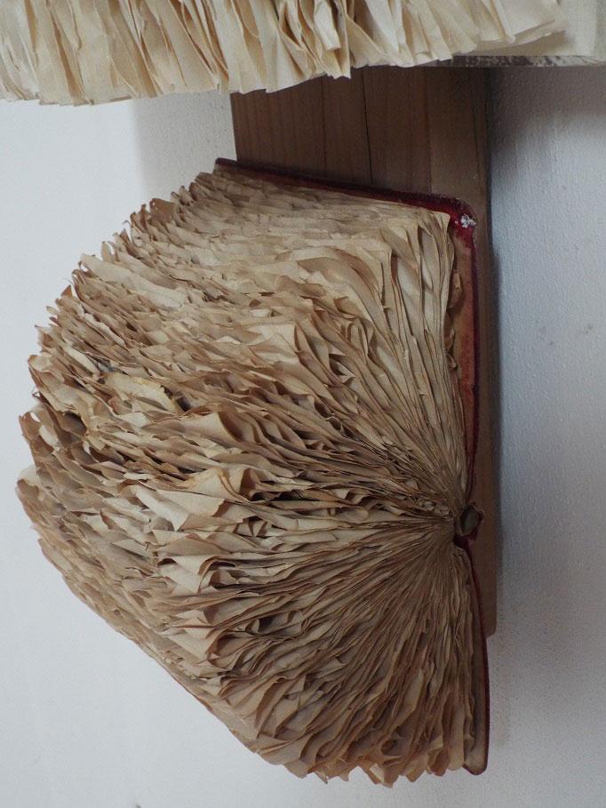 """Wandinstallation, """"Versteckte Geschichten"""", 99 x 34 x 17 cm, Bücher, Lärchenholz"""
