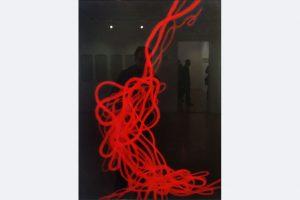"""Martha Bilger, """"rote Linie"""", Kreide auf Tonpapier/Fotografie, 100x60"""