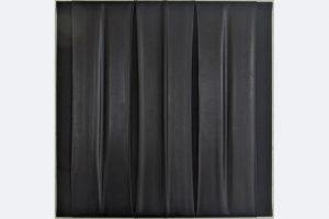 """Jürgen Cornelius Ernst, """"Hommage á Pierre Soulages"""", 30 x 30 x 2 cm, Gummi/ Acryl auf Leinwand, 220.- €"""
