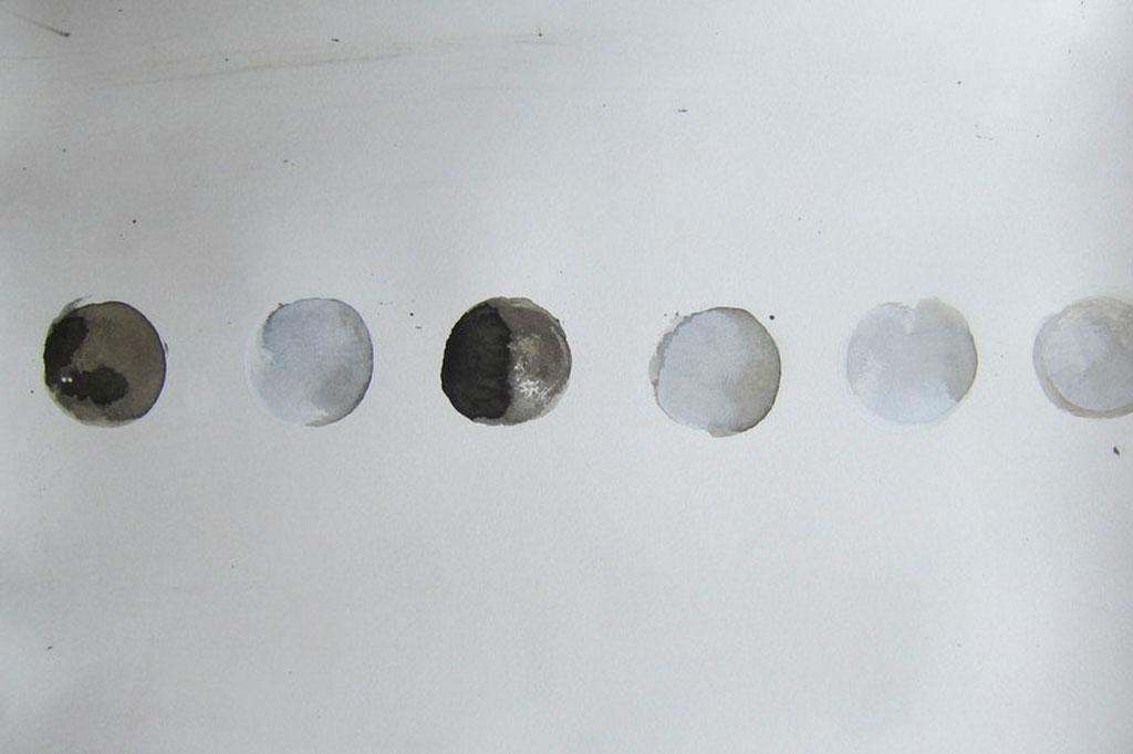 """Ursula Sihler-Steidl, """"Vereinzelt"""", Aquarellfarbe mit geschnittenen Baumscheiben aufgetragen, 45x30 cm, 2020, 250 €, 015144570392"""